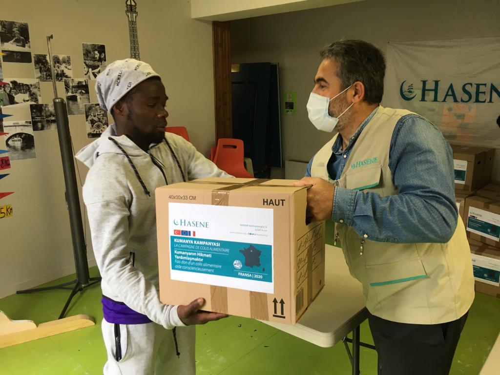 Chateaudun'de sığınmacılara gıda paketi yardımı